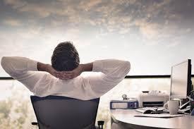Homme confort ordinateur bureau